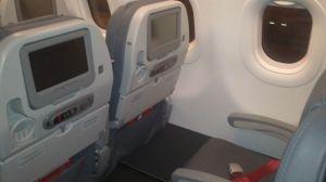 Detalle de las sillas grises en cuero. Se alcanzan a ver los cinturones rojos