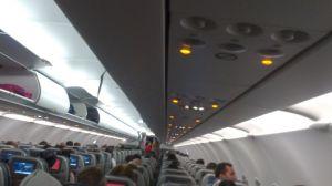 Interior del avión con el abordaje ya finalizado