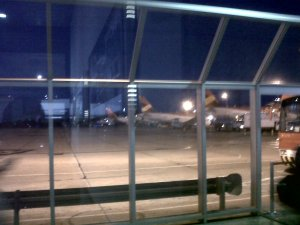 Al fondo se alcanza a ver el avión que me correspondería