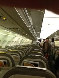 Interior del avión durante el abordaje