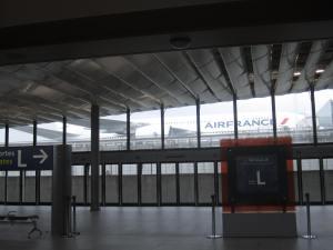 Abordando el tren entre terminales, se alcanza a ver parte de un A380 de AF