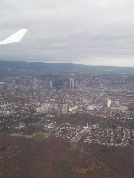 A pesar del día triste y nublado, buena vista aérea de Frankfurt, desde el A340-600 de Lufthansa