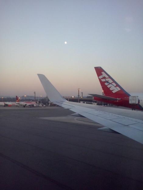 La luna y la cola de un B777-300ER de TAM en Sao Paulo de madrugada