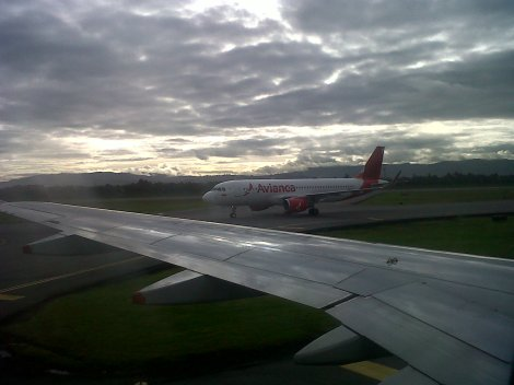 El N562AV de Avianca, con nuevos colores y sharklets, desde un A320 de la misma aerolínea