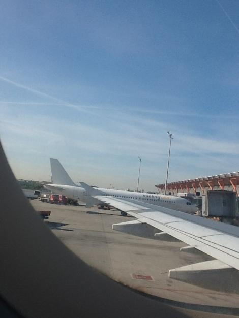 A320 de Vueling, el 'albino' en Madrid, desde un A321 de Iberia