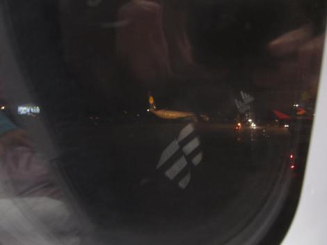 El A346-600 de Iberia inicia carreteo antes de su vuelo a Frankfurt, visto desde un A320 de Avianca