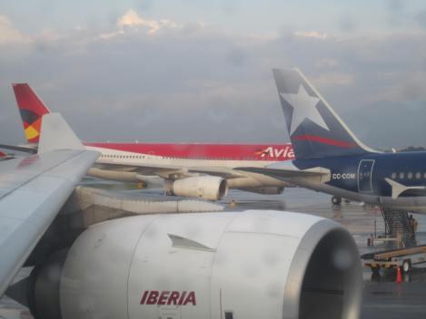 A330 de Avianca llegando a su posición de parqueo en el Dorado, junto a un A320 de LAN y desde un A340-600 de Iberia que ya empezaba su moverse para su vuelo a Madrid