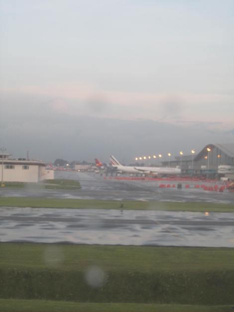 Se alcanza a ver un A340-300 de Air France y un A330 de Taca en la terminal nacional de El Dorado desde un A340-600 de Iberia