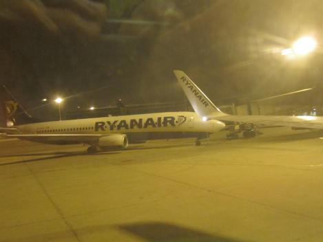 Madrugador avión de Ryanair desde un hermanito gemelo, en la T2 de Barcelona