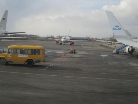 El Aeropuerto Pulkovo de San Petersburgo, Rusia. El bus que se alcanza a ver lo lleva a uno directo a 1960, a la Guerra Fría. Desde un B737-800 de KLM