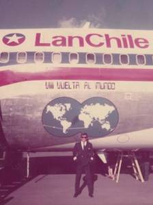 El capitán Velasco junto al B707 con títulos 'Vuelta al mundo'. En Asociación de Pilotos retirados de LAN