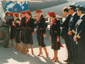 La emoción de la despedida de los pasajeros y de la tripulación al finalizar cada uno de los 'Cruceros del aire'. De Asociación de pilotos retirados de LAN'