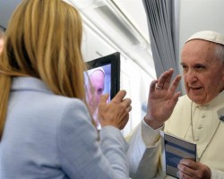 Conferencia de prensa de Francisco I en un A330 de Alitalia volviendo de Río de Janeiro. En DUNA
