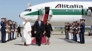 Encuentro entre Benedicto XVI y George Bush en 2008. Al fondo un B777 de Alitalia. De Wikipedia