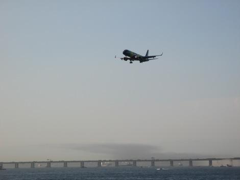 Embraer de Azul con livery especial de la bandera brasilera aterrizando en Santos Dummont desde las barcas que van de Rio de Niteroi